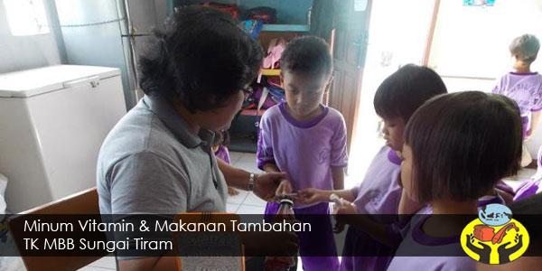 Minum Vitamin dan Makanan Tambahan TK MBB Sungai Tiram