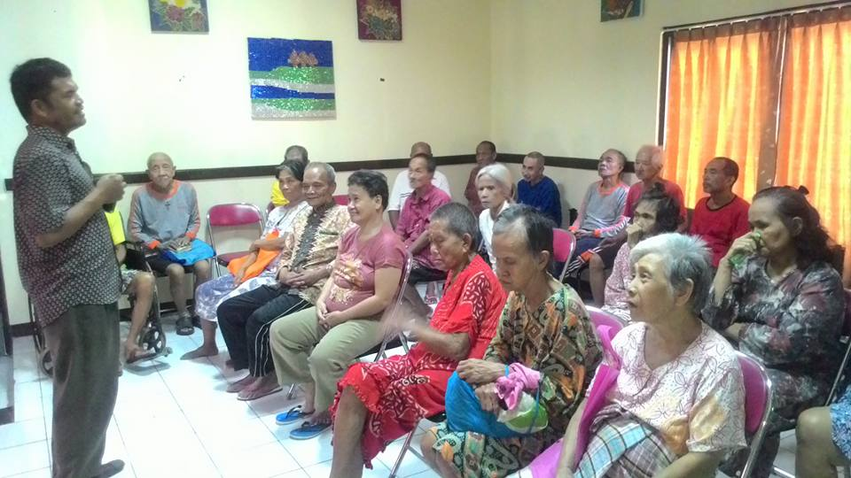 Team Yayasan Lima Roti Dua Indonesia (LRDII) melayani Opa Oma di PSTW 4 Margaguna, Jakarta Selatan dan PSBK Balaraja