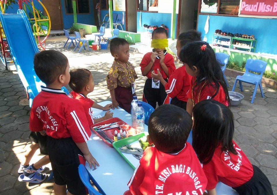 Belajar melalui bermain menstimulasi potensi anak menjadi kompetensi.